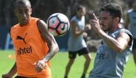 La pelota. Los aurinegros comenzaron a entrenar en la víspera con el balón Nike con que jugarán la Copa Libertadores.