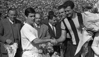 Tito Goncálvez saluda a Manuel Bueno antes de la final intercontinental de 1966.