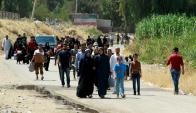 Habitantes de Mosul caminan hacia un puente flotante para alejarse. Foto: Reuters