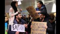Un niño judío y una niña musulmana protestan juntos contra el decreto antiinmigración. Foto: Chicago Tribune.