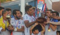Nacional recibe la copa de campeón del Uruguayo Especial
