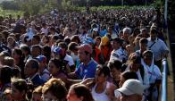 Miles de personas cruzaron la frontera para comprar alimentos. Foto: Reuters