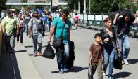 Cientos de personas cruzan hacia Colombia desde la frontera con Venezuela. Foto: EFE