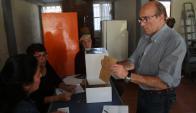 Sufragando. El intendente al momento de emitir su voto. Foto: Captura