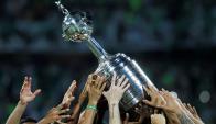 El trofeo de la Copa Libertadores levantado por sus ganadores. Foto: Reuters