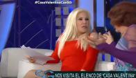 Susana Giménez dialogando con actores vestidos de mujer (captura tv)