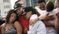 Familiares lloran las víctimas. Foto: AFP