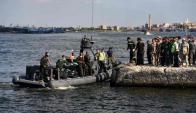 Los rescatistas continúan buscando a los desaparecidos del naufragio en Egipto. Foto: AFP.