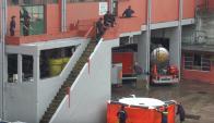 Prueba: un bombero se arroja al colchón en el operativo del martes. Foto:  Unicom