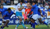 Partidazo.  Gonzalo Soto pelea ante la dura y fuerte marca de los jugadores de Samoa. Foto: Fernando Ponzetto