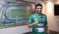 Carlos Bueno fue presentado como nuevo jugador de Sarmiento. Foto: @CASarmientoOf