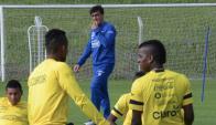 Gustavo Quinteros pronto para iniciar el entrenamiento de ayer en el Complejo Arsuaga, del Defensor Sporting Club.
