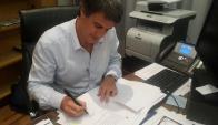Prat Gay puso en twitter el momento de la firma. Foto: @alfonsopratgay
