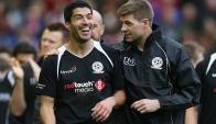 Luis Suárez y Steven Gerrard durante la despedida del inglés de Anfield. Foto: Reuters