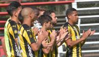 Todos juntos. Los jugadores hacen su 'minuto de aplausos' y recuerdan a quienes el deporte homenajea tras su muerte. Foto: Gerardo Pérez