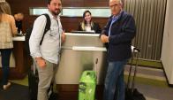 Aldo Cauteruccio y Eduardo Belza haciendo el check-in. Foto: J. Mastandrea