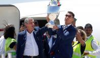 La selección de Portugal fue aclamada al regresar al país con la Eurocopa. Fotos: AFP/Reuters.