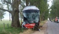 Brutal choque entre una ómnibus y una camioneta en Colonia. Foto: Daniel Rojas.
