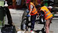 Dentro y fuera de los conflictos, la IMM ha contratado personal y maquinaria para levantar la basura. Foto: M. Bonjour