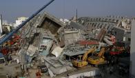 Los equipos  buscan sobrevivientes bajo los escombros. Foto: Reuters