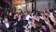 Obama, frente a cientos de vietnamitas, tras anunciar el fin del embargo. Foto: EFE