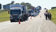 La ruta 2 fue cortada luego del accidente. Foto: Daniel Rojas.