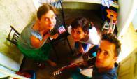 Tres músicos preparan un show lúdico para la Hugo. Foto: Difusión