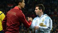 Cristiano Ronaldo y Lionel Messi se saludan en la previa a un partido. Foto: Archivo El País