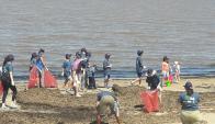 Muchos niños participaron para recuperar las playas. Foto: Dinama