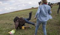 La camarógrafa Petra Laszlo pateando a un refugiado. Foto: captura de pantalla