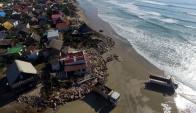 Personal de la Intendencia de Rocha comenzó a retirar escombros y demoler las casas de Aguas Dulces. Foto: R. Figueredo