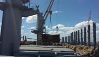 Estibaje: la carga de madera demandó trabajo especializado. Foto: Gentileza Pantzin S.A