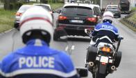 Policía francesa escolta a un sospechoso de los atentados. Foto: AFP.