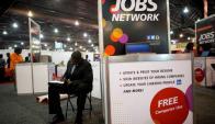 Una persona llena un formulario en una feria de empleo. Foto: Reuters