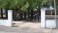 Reconstrucción de los hechos, sentado el soldado herido en el cuartel de Trinidad. Foto: gentileza Semanario El Pueblo