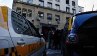 Mientras el detenido declaraba, taxistas cortaban el tránsito. Foto: F. Ponzetto.