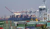 Un carguero llega al puerto de Los Ángeles. Foto: Reuters