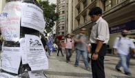 Un transeúnte revisa avisos de empleo en San Pablo. Foto: Reuters