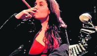 Ironía: Sara de los Santos en un espectáculo raro, original. Foto: Difusión