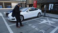 Tendencia. Uber se suma a la ola de los autos eléctricos con un referente como Tesla. (Foto: AFP)