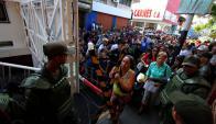 Los venezolanos cruzan a Colombia en busca de productos básicos. Foto: AFP