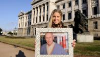 Legado. Allison Kennedy junto al retrato de su abuelo en el Palacio Legislativo, donde procura el apoyo de todos los partidos. Foto: Darwin Borrelli.