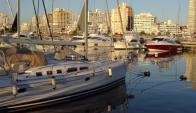 En el puerto de Punta del Este permanecen fondeados numerosos veleros y yates matriculados en lugares exóticos. Foto: Ricardo Figueredo.