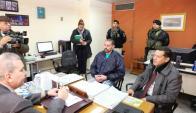Pérez Corradi junto a su abogado ante el juez paraguayo en Asunción. Foto: Reuters