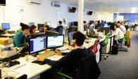 Desconexión. La tecnología lleva a que haya menos interacción, dice la encuesta. (Foto: Archivo El País)