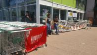 Fuecys bloquea ingreso a supermercados. Foto: El País