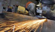 La actividad industrial verificó una baja en el décimo mes del año.