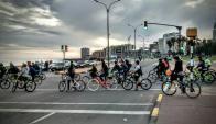 La regla del grupo es transitar por la calle sin separase e ningún momento. Foto: Masacriticamvd