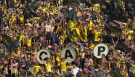 Los hinchas de Peñarol en la Tribuna Ámsterdam. Foto: Fernando Ponzetto.
