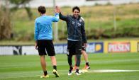 Jorge Fucile y Cristhian Stuani en la práctica de la selección de Uruguay en el Complejo Celeste. Foto: Gerardo Pérez.
